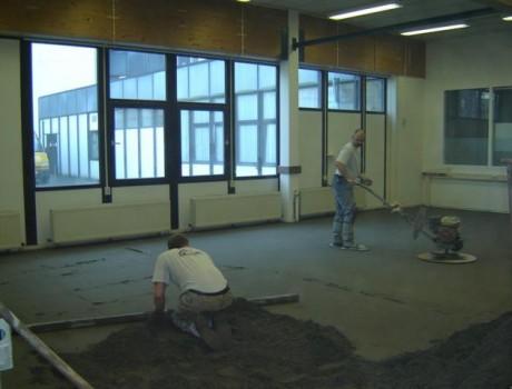 Zandcementvloer, werk in uitvoering